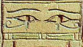 Augen des Reh auf einem Djet-Pfeiler